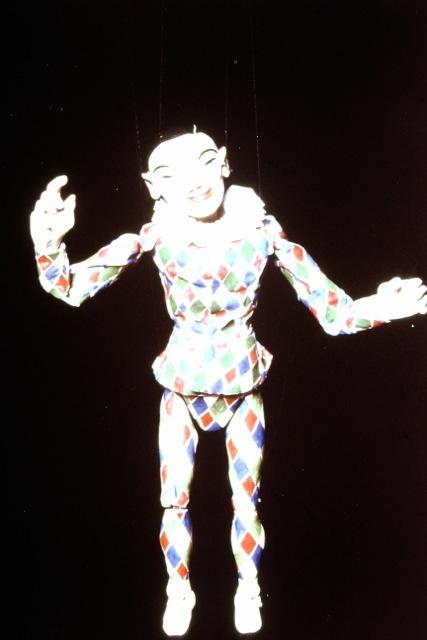 Arlequin, une marionnette à fils par la marionnettiste australienne Edith Murray. Photo réproduite avec l'aimable autorisation de Richard Bradshaw