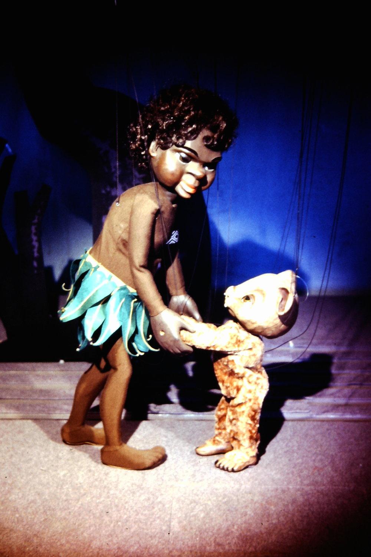 <em>Little Fella Bindi</em> (1958), les marionnettes à fils par le marionnettiste australien Peter S<em>c</em>riven pour le Marionette Theatre of Australia (Sydney, NSW, Australie). Colle<em>c</em>tion : Marionette Theatre of Australia