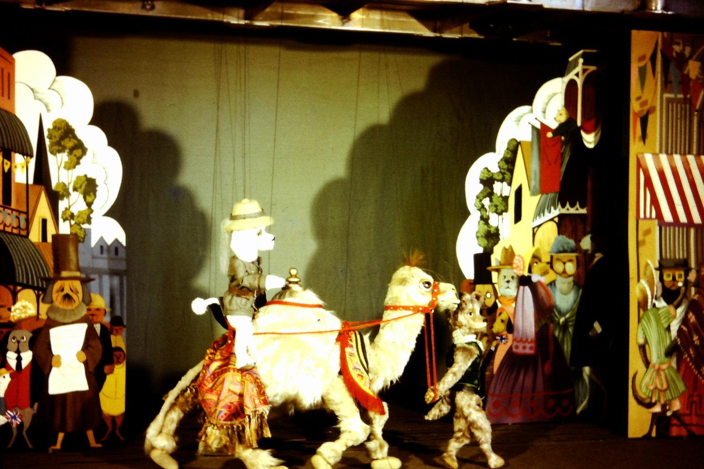 Une s<em>c</em>ène de <em>The Explorers</em> (1968), un spe<em>c</em>ta<em>c</em>le du Marionette Theatre of Australia (Sydney, NSW, Australie), mise en s<em>c</em>ène : Peter S<em>c</em>riven. Marionnettes à fils. Colle<em>c</em>tion : Marionette Theatre of Australia