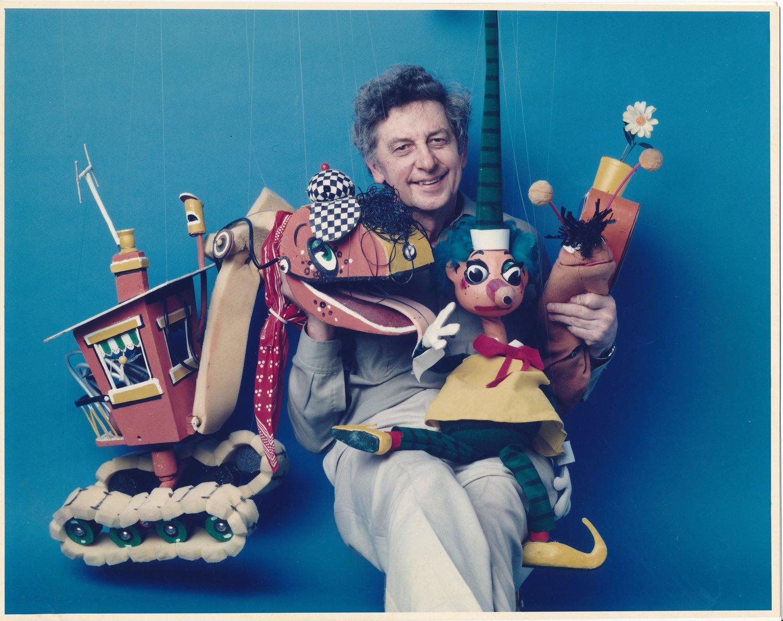 Marionnettiste et dessinateur australien, Norman Hetherington (1921-2010), ave<em>c</em> des personnages de ABC TV longue date <em>Mr Squiggle</em> (1959-2001). Personnages (de gau<em>c</em>he à droite) : Bill the Steamshovel, <em>Mr Squiggle</em>, Gus the Snail. Marionnettes à fils. Photo réproduite avec l'aimable autorisation de Rebecca Hetherington