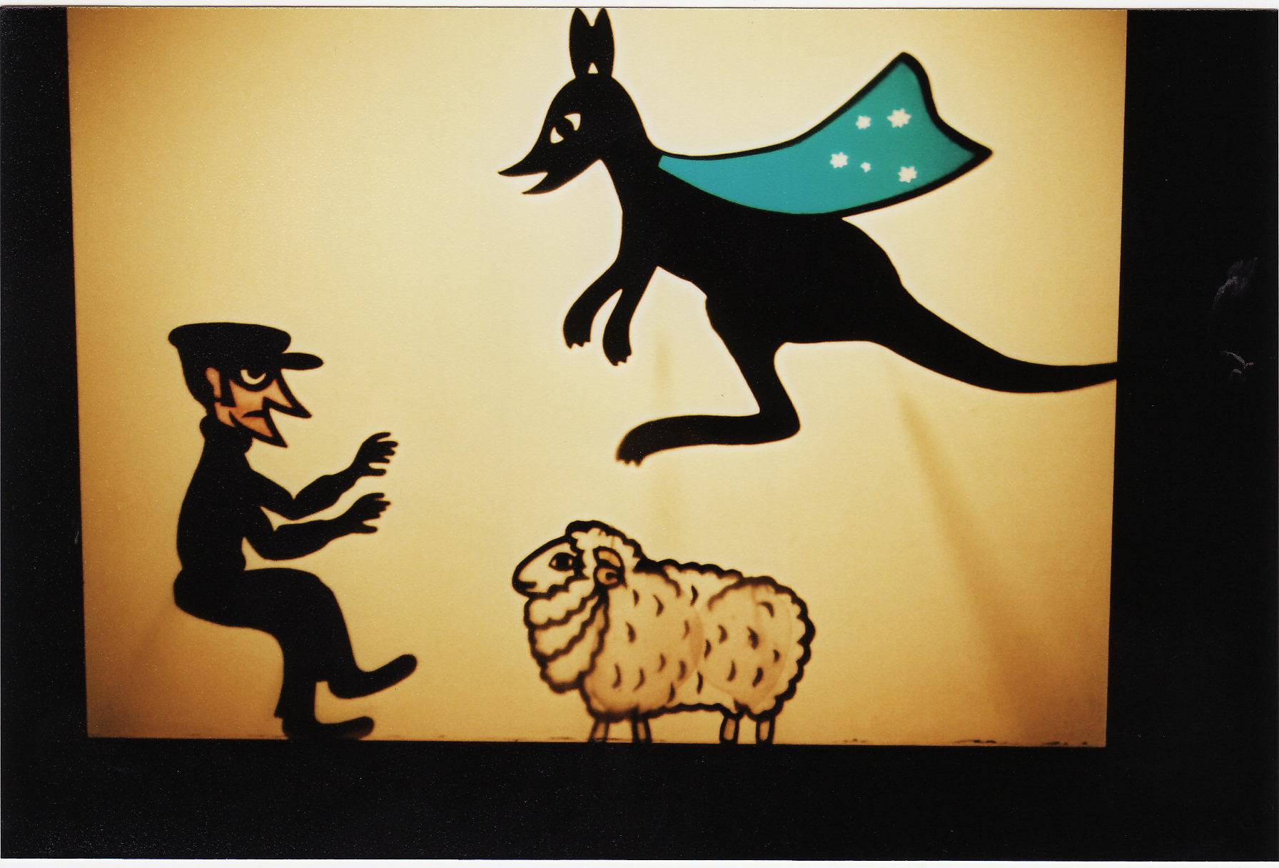 Super Kangaroo et un voleur de moutons, le théâtre d'ombres de Ri<em>c</em>hard Bradshaw de Living Dodo Puppets (R. Bradshaw et M. Williams, Bowral, NSW, Australie). Photo: Margaret Williams