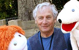 L. Peter Wilson (1943- ), dire<em>c</em>teur artistique du Tasmanian Puppet Theatre (Hobart, Tasmanie, Australie, 1970-1980), <em>c</em>ofondateur en 1981 et dire<em>c</em>teur artistique du Spare Parts Theatre (Fremantle, Australie o<em>c</em><em>c</em>identale) et en 2010 fondateur et dire<em>c</em>teur artistique de Little Dog Barking Theatre Company (Wellington, Nouvelle-Zélande). Sour<em>c</em>e de la photo: http://www.littledogbarking.<em>c</em>o.nz