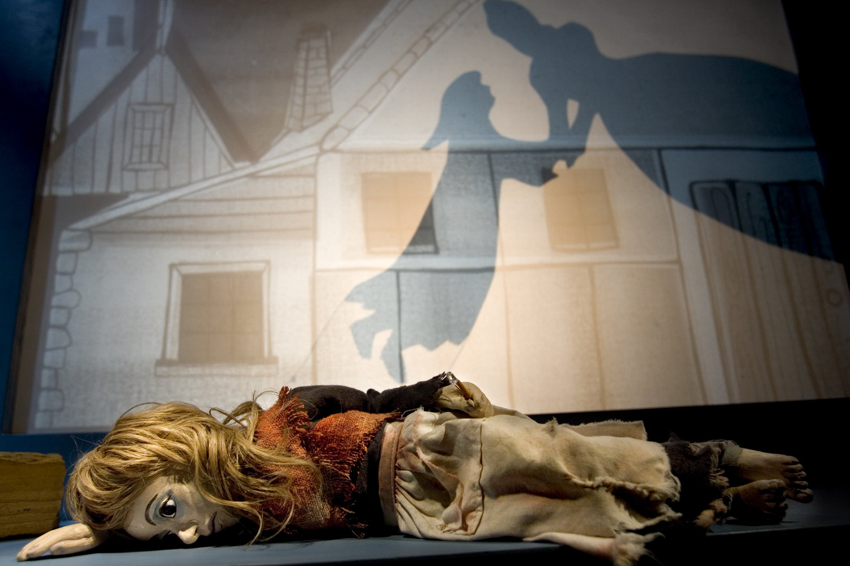 Little Mat<em>c</em>h Girl (La Petite Fille aux allumettes), dans <em>The Storyteller's Shadow: A Celebration of Hans Christian Andersen</em> (2004) par Terrapin Puppet Theatre (Tasmania, Australie, fondé en 1981 par Jennifer Davidson), mise en s<em>c</em>ène et s<em>c</em>énographie : Annie Forbes. Marionnettes et ombres. Photo: Peter Mathew.
