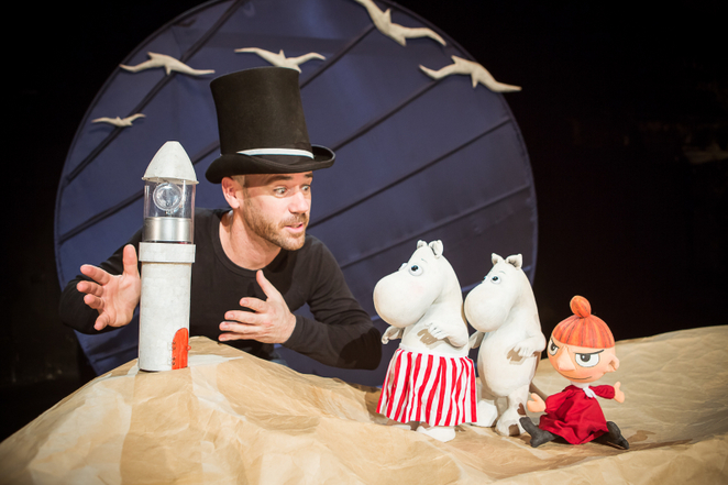 <em>Moominpappa at Sea</em> (2014) par Spare Parts Puppet Theatre (Fremantle, Australie o<em>c</em><em>c</em>identale, <em>c</em>ofondé en 1981 par L. Peter Wilson), adapté du livre de Tove Jansson, mettant en vedette les <em>c</em>réatures de type hippopotame, les Moomins. Mise en s<em>c</em>ène : Mi<em>c</em>hael Barlow et Noriko Nishimoto, <em>c</em>on<em>c</em>eption : Leon Hendroff, <em>c</em>omposition musi<em>c</em>ale : Lee Buddle, produ<em>c</em>tion : Elliot Chambers, <em>c</em>onsultante <em>c</em>réative : Noriko Nishimoto, a<em>c</em><em>c</em>essoires : Ben Gates, <em>c</em>onstru<em>c</em>tion de tissu : Annie Robinson. Artiste en solo : Mi<em>c</em>hael Barlow. Sour<em>c</em>e de la photo : https://www.weekendnotes.<em>c</em>om/im/009/09/moominpappa-at-spare-parts-puppet-theatre1.jpg
