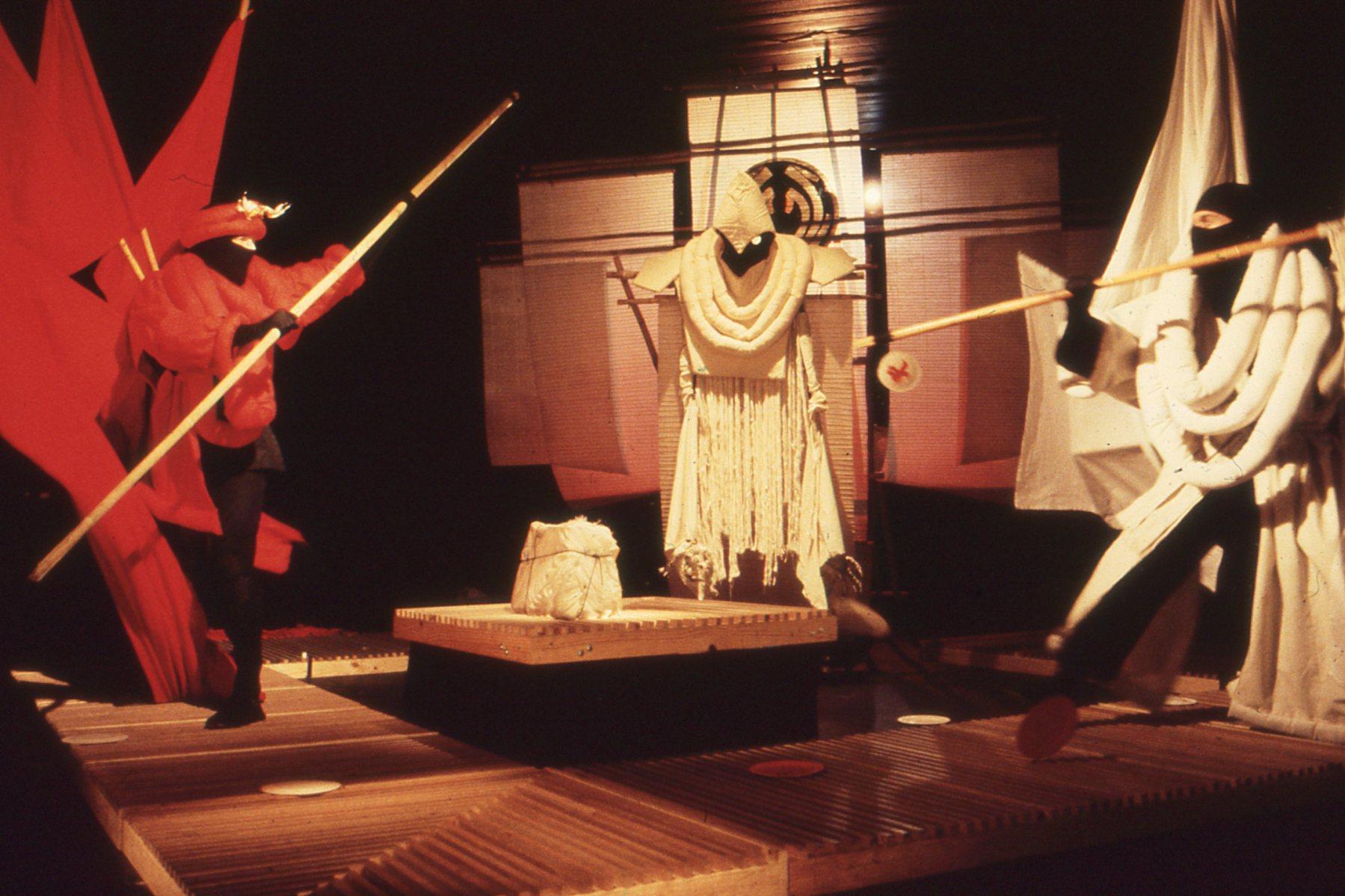 <em>Se<em>c</em>rets</em> (1983) par Handspan Theatre Company (Melbourne, Australie, 1977-2002), un spe<em>c</em>ta<em>c</em>le ave<em>c</em> des marionnettes et de l'imagerie visuelle, <em>c</em>on<em>c</em>eption, s<em>c</em>énographie et mise en s<em>c</em>ène : Nigel Triffitt. Photo: Ken Evans