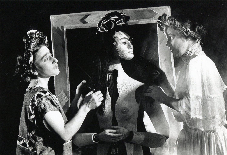 <em>Viva la Vida: Frida Kahlo</em> (1993) par Handspan Theatre Company (Melbourne, Australie, 1977-2002), texte : Karen Corbett, s<em>c</em>énographie : Ken Evans et Philip Lethlean, musique originale : Boris Conley. Marionnettes et marionnettistes sur la photo : Mexi<em>c</em>aine Frida (interprète : Carmelina Di Guglielmo) ave<em>c</em> Marionette Frida et Européenne Frida (interprète : Jane Bayly). Photo: Ponch Hawkes