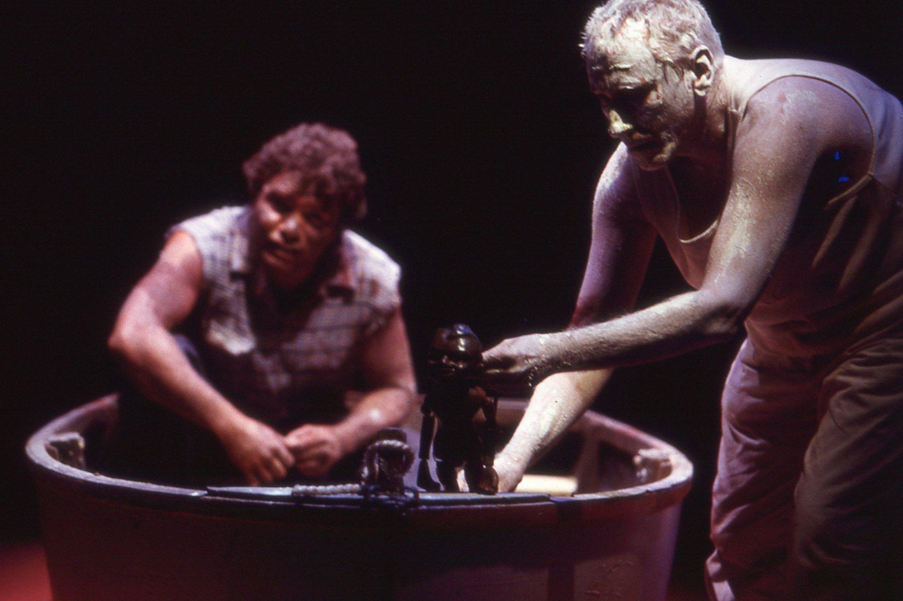 <em>Lift 'Em Up So<em>c</em>ks</em> (2000) par Handspan Theatre Company (Melbourne, Australie, 1977-2002), un spe<em>c</em>ta<em>c</em>le ave<em>c</em> des a<em>c</em>teurs et des marionnettes, de l'imagerie numérique et de l'animation, inspiré par une <em>c</em>olle<em>c</em>tion de marionettes des années 1950 et partiellement basé sur la vie de l'artiste aborigène et a<em>c</em>teur de <em>c</em>inéma Tom E. Lewis. Mise en s<em>c</em>ène : David Bell, mise en s<em>c</em>ène de marionnette : Heather Monk, s<em>c</em>énographie : Mary Sutherland. Sur la photo : Garçon aborigène (marionnette à tiges) ave<em>c</em> les a<em>c</em>teurs Tom E. Lewis et Rod Primrose. Photo: Jeff Busby