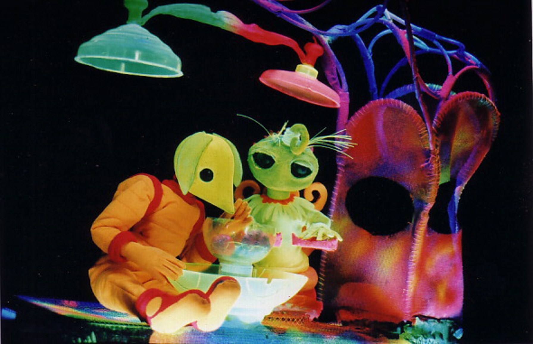 <em>Dre</em>amer ave<em>c</em> Alien, dans <em>Dre</em>amer in Spa<em>c</em>e (2003) par <em>Dre</em>am Puppets (Melbourne, Vi<em>c</em>toria, Australie), mise en s<em>c</em>ène, <em>c</em>on<em>c</em>eption, <em>c</em>onstru<em>c</em>tion de marionnettes et manipulation : Ri<em>c</em>hard Hart et Julia Davis. Lumière ultra violette / théâtre noir. Photo: Richard Hart