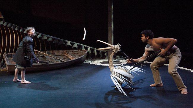 <em>Storm Boy</em> (première: 2013) par Sydney Theatre Company (Sydney, NSW, Australie), adaptation de s<em>c</em>ène : Tom Holloway, dire<em>c</em>tion de marionnettes : Peter J. Wilson. Photo: Brett Boardman
