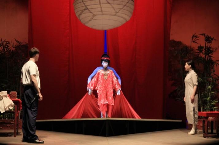 <em>Cho Cho</em> (2013), un ré<em>c</em>it moderne de l'histoire de <em>Madame Butterfly</em> é<em>c</em>rite par le dramaturge australien Daniel Keene, une <em>c</em>oprodu<em>c</em>tion du Théâtre national de Chine, Playking Produ<em>c</em>tions et The Arts Centre Melbourne, mise en s<em>c</em>ène : Peter J. Wilson, <em>c</em>omposition musi<em>c</em>ale : Cheng Jin. Photo: Richard Jeziorny