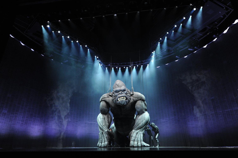 <em>Ki</em>ng Kong (première : 2013, Regent Theatre, Melbourne), la marionnette géante de <em>Ki</em>ng Kong par Creature Te<em>c</em>hnology Co. (West Melbourne, Vi<em>c</em>toria, Australie), mise en s<em>c</em>ène : Daniel Kramer, dire<em>c</em>teur des marionnettes : Peter J. Wilson. Photo: James Morgan