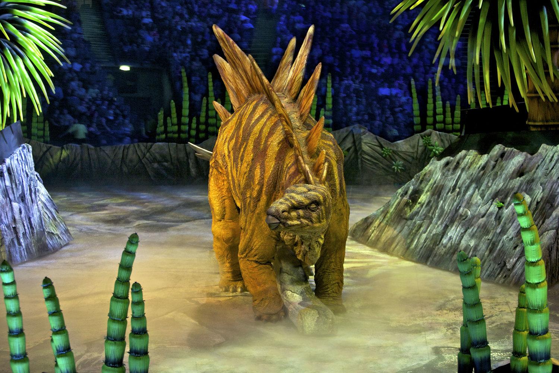 <em>Stegosaurus</em> par Creature Te<em>c</em>hnology Co. (West Melbourne, Vi<em>c</em>toria, Australie), dans Walking with Dinosaurs – The Arena Spe<em>c</em>ta<em>c</em>ular, dire<em>c</em>teur <em>c</em>réatif: Sonny Tilders. Photo: David Scheinmann