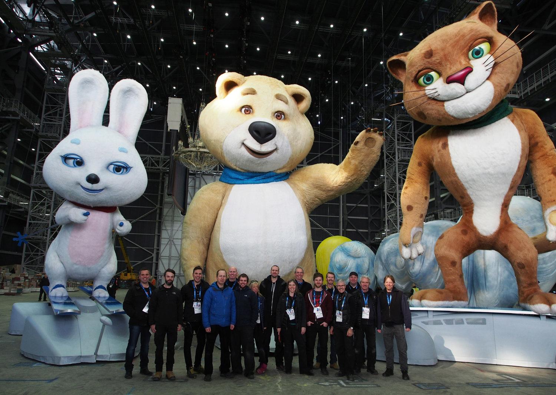 L'équipe de Creature Te<em>c</em>hnology Co. (West Melbourne, Vi<em>c</em>toria, Australie) ave<em>c</em> les mas<em>c</em>ottes olympiques, Hare, Ours et Léopard, pour les Jeux olympiques d'hiver de 2014 à So<em>c</em>hi, en Russie, réalisateurs : Konstantin Ernst, Daniele Finzi Pas<em>c</em>a, design de marionnettes : CTC. Photo: CTC