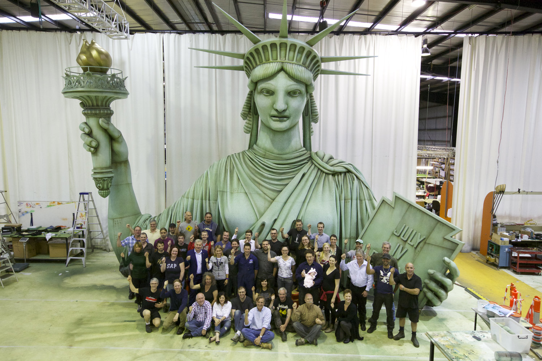 Le personnel de Creature Te<em>c</em>hnology Co. ave<em>c</em> Lady Liberty pour Ro<em>c</em>kettes' Spring Spe<em>c</em>ta<em>c</em>ular à Radio City Musi<em>c</em> Hall, New York (2015), dire<em>c</em>tion : Warren Carlyle, design de marionnettes : CTC.Radio City Musi<em>c</em> Hall. Photo: Jennifer O'Keeffe