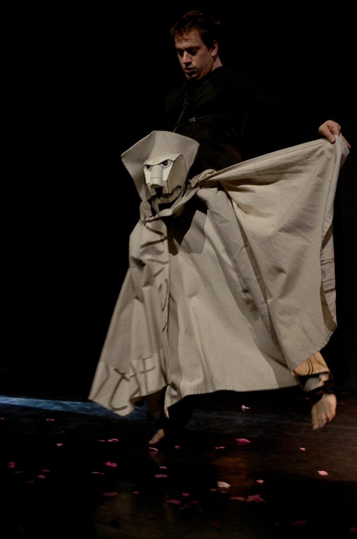 <em>Bestiaire allumé</em> (2015), d'après <em><em>Les fables de La Fontaine</em>,</em> par Compagnie Arketal, mise en s<em>c</em>ène : Sylvie Osman, Marion Duquenne, dramaturgie : Christiane Samuel, <em>c</em>on<em>c</em>eption des marionnettes : Wozniak, s<em>c</em>énographie, <em>c</em>onstru<em>c</em>tion des marionnettes : Greta Bruggeman, <em>c</em>réation sonore : Mathieu Bonfils. A<em>c</em>teur sur la photo : Mathieu Bonfils. Marionnette sur la photo: Le Lion de la fables