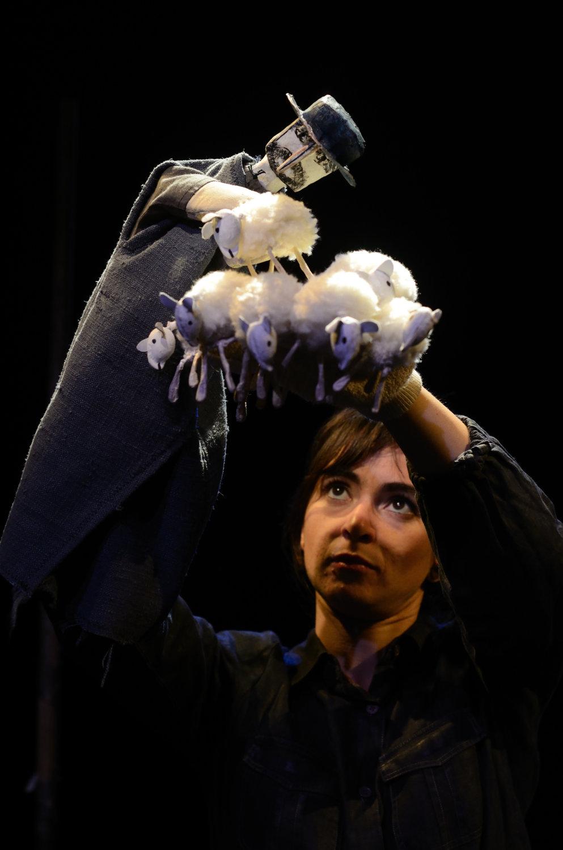 <em>L'homme qui plantait des arbres</em> (2013) de Jean Giono par Compagnie Arketal, mise en s<em>c</em>ène : Sylvie Osman, <em>c</em>on<em>c</em>eption s<em>c</em>énographie et dessins des personnages : Antoine <em>Or</em>iola, <em>c</em>onstru<em>c</em>tion marionnettes et dé<em>c</em>ors : Greta Bruggeman, <em>c</em>réation bande sonore : Thomas Ho<em>c</em>quet. A<em>c</em>teur sur la photo : Erika Faria de Oliveira. Marionnette sur la photo : Elzéard Bouffier. Marionnette à gaine <em>c</em>onstruit en <em>c</em>arton, tissu, hauteur : 80 <em>c</em>m. Photo: Brigitte Pougeoise