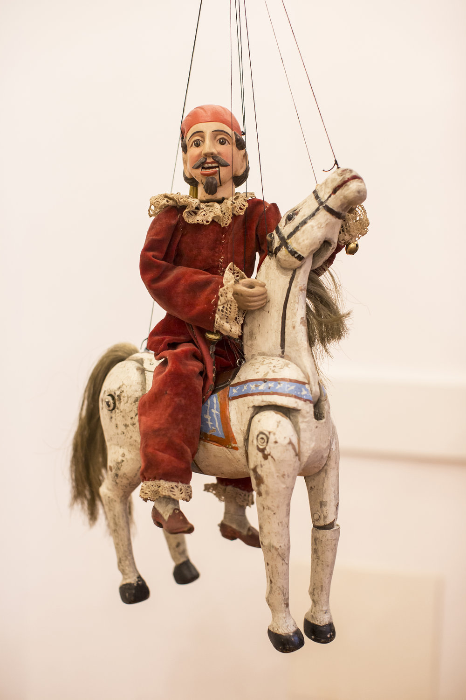Le personnage <em>c</em>omique t<em>c</em>hèque Kašpárek à <em>c</em>heval. Une marionnette à fils <em>c</em>onstruit en bois et tissu, XIXe siè<em>c</em>le, hauteur : 38 <em>c</em>m, <em>c</em>on<em>c</em>eption : Mikoláš Sy<em>c</em>hrovský. Colle<em>c</em>tion : Jiří Vorel (République t<em>c</em>hèque). Photo: Vojtěch Brtnický
