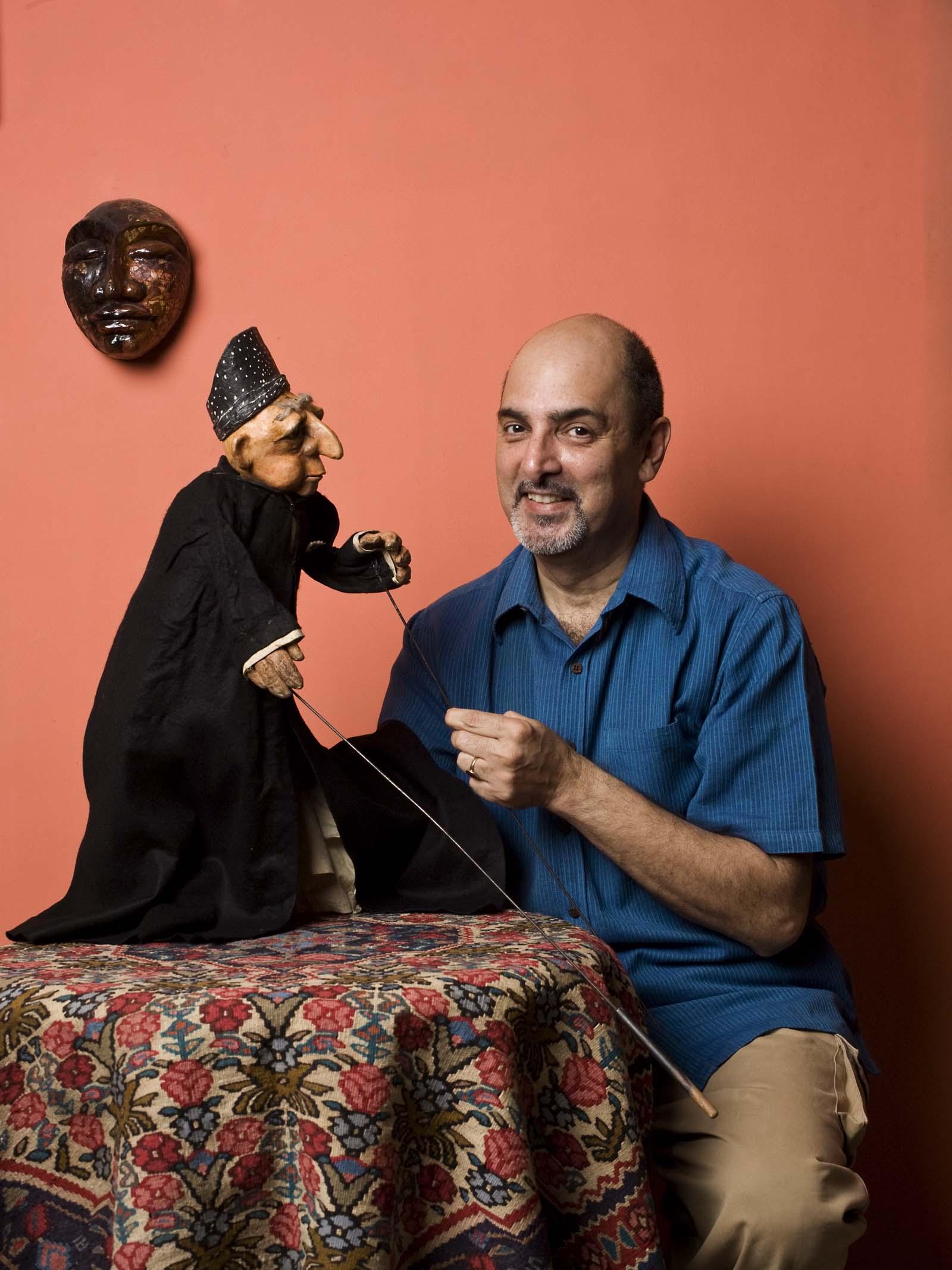 Marionnettiste indien, metteur en s<em>c</em>ène de théâtre de marionnettes et dire<em>c</em>teur de festival, ave<em>c</em> une marionnette à tiges d'un Parsee <em>c</em>réé en 1976. Photo: Anay Maan