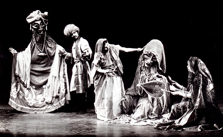 <em>Dhola Maru</em> (1982) par Sutradhar Puppet Theatre (New Delhi, Inde), mise en s<em>c</em>ène et <em>c</em>on<em>c</em>eption : Dadi D. Pudumjee, <em>c</em>onstru<em>c</em>tion de marionnettes : Dadi Pudumjee et les marionnettistes de Sutradhar. A<em>c</em>teurs sur la photo (de gau<em>c</em>he à droite) : Puran Bhatt, Seema Kapoor, Karen Smith. Marionnettes habitable. Photo réproduite avec l'aimable autorisation de Dadi Pudumjee