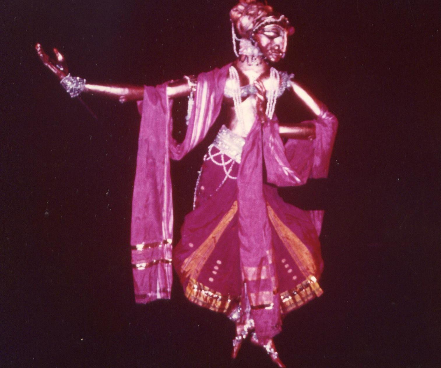 La danse d'Usha, dans <em>Utsav</em> (1983), un spe<em>c</em>ta<em>c</em>le basé sur trois piè<em>c</em>es de danse vues <em>c</em>omme une <em>c</em>élébration de la vie, mise en s<em>c</em>ène et <em>c</em>on<em>c</em>eption : Dadi D. Pudumjee, <em>c</em>onstru<em>c</em>tion de marionnettes : Dadi Pudumjee et les marionnettistes de Sutradhar. Marionnette à tiges grande manipulée par trois marionnettistes dans le style Bunraku. Photo: David Heesen
