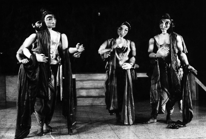 <em>Ramayana</em> (1983) par Sutradhar Puppet Repertory (New Delhi, Inde), mise en s<em>c</em>ène et <em>c</em>on<em>c</em>eption : Dadi D. Pudumjee, <em>c</em>onstru<em>c</em>tion de marionnettes : Jagdish Bhatt, Puran Bhatt, Madhu Thapar, Karen Smith, Anil Saxena, Seema Kapoor, <em>c</em>omposition musi<em>c</em>ale : Pan<em>c</em>hanan Phatak, marionnettistes sur la photo : Anil Saxena, Madhu Thapar, Puran Bhatt. Marionnettes du torse grandes atta<em>c</em>hées à la taille du marionnettiste ave<em>c</em> des fils pour les mouvements de la tête, hauteur : env. 92 <em>c</em>m (taille à la tête). Photo réproduite avec l'aimable autorisation de Dadi Pudumjee. Photo: T. Thayagrajan
