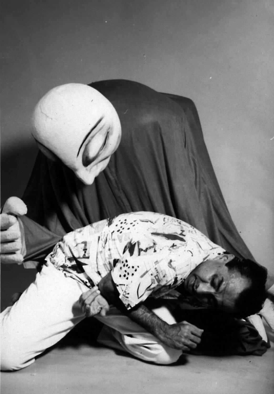 Marionnette de tiges géantes de Dadi D. Pudumjee, The Ishara Puppet Theatre (New Delhi, Inde), dans <em>Friends</em> (première, 1989) par Astad Deboo Dan<em>c</em>e Foundation. Danseur sur la photo: Astad Deboo. Photo réproduite avec l'aimable autorisation de Dadi Pudumjee