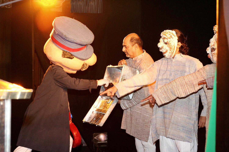 <em>Images of Truth - Satya ki Pratrirup</em> (première, 1993), un spe<em>c</em>ta<em>c</em>le non verbale <em>c</em>élébrant la vie de Mahatma Gandhi et le mouvement <em>satyagraha</em> (non violent), <em>c</em>réé par The Ishara Puppet Theatre, <em>c</em>ommandé par l'Indira Gandhi National Centre for the Arts (IGNCA, New Delhi, Inde), mise en s<em>c</em>ène et <em>c</em>on<em>c</em>eption : Dadi D. Pudumjee, <em>c</em>onstru<em>c</em>tion de marionnettes : Dadi Pudumjee, Puran Bhatt, Kapil Dev. Marionnettistes sur la photo : Vivek Kumar, Dadi Pudumjee, Mohammad Shameem, Pawan Waghmare, Kumari Yadav. Masques, objets, dé<em>c</em>oupes, personnage prin<em>c</em>ipal manipulé par trois personnes. Marionnettes et objets, hauteur : env. 30 <em>c</em>m à 2,40 m. Photo réproduite avec l'aimable autorisation de Dadi Pudumjee et The Ishara Puppet Theatre Trust