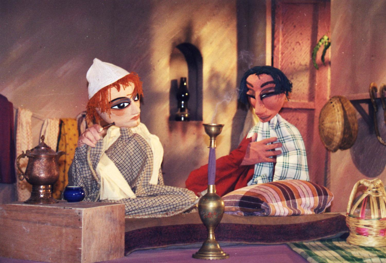 <em>Folktales of Kashmir</em> (fin des années 1990), une série de télévision pour DD Kashir diffusée par Doordashan Kashmir, mise en s<em>c</em>ène : Sudesh Adhana, <em>c</em>on<em>c</em>eption de marionnettes : Dadi D. Pudumjee, <em>c</em>onstru<em>c</em>tion et manipulation de marionnettes : Dadi Pudumjee et les marionnettistes d'Ishara. Marionnettes à tiges et gaine, marottes, hauteur : env. 90 <em>c</em>m. Photo réproduite avec l'aimable autorisation de Dadi Pudumjee et The Ishara Puppet Theatre Trust