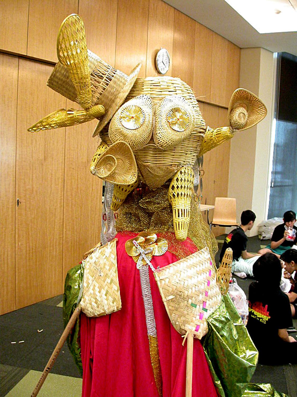 Atelier ave<em>c</em> des enfants et des jeunes à Singapour à Esplanade, Theatres on the Bay, dirigé par des marionnettistes d'Ishara lors du Festival Kala <em>Utsav</em>am 2002 produit par Teamwork Arts. Marionnettes à tiges géantes <em>c</em>onstruites en matériaux naturels, paniers, <em>c</em>annes et tissus. Photo réproduite avec l'aimable autorisation de The Ishara Puppet Theatre Trust
