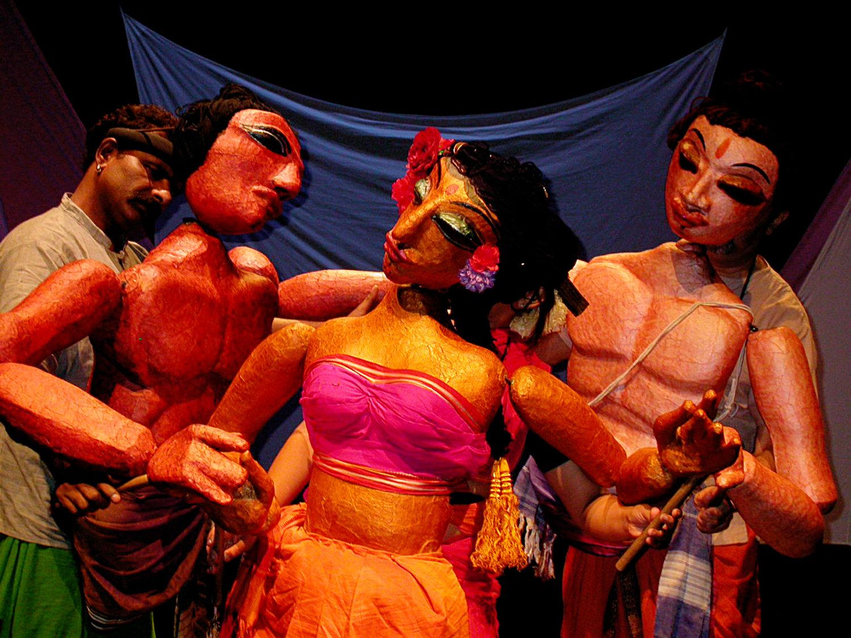 <em>Transposition</em> (2003) par Ishara Puppet Theatre Trust (New Delhi, Inde), un spe<em>c</em>ta<em>c</em>le de marionnettes, de masques et de danse, mise en s<em>c</em>ène et <em>c</em>on<em>c</em>eption : Dadi D. Pudumjee, <em>c</em>onstru<em>c</em>tion de marionnettes : Dadi Pudumjee et membres d'Ishara. Marionnettistes sur la photo : Puran Bhatt, Anurupa Roy et Dadi Pudumjee. Marionnettes à tiges de torse, hauteur : env. 92 <em>c</em>m (taille à la tête). Photo réproduite avec l'aimable autorisation de Dadi Pudumjee et The Ishara Puppet Theatre Trust