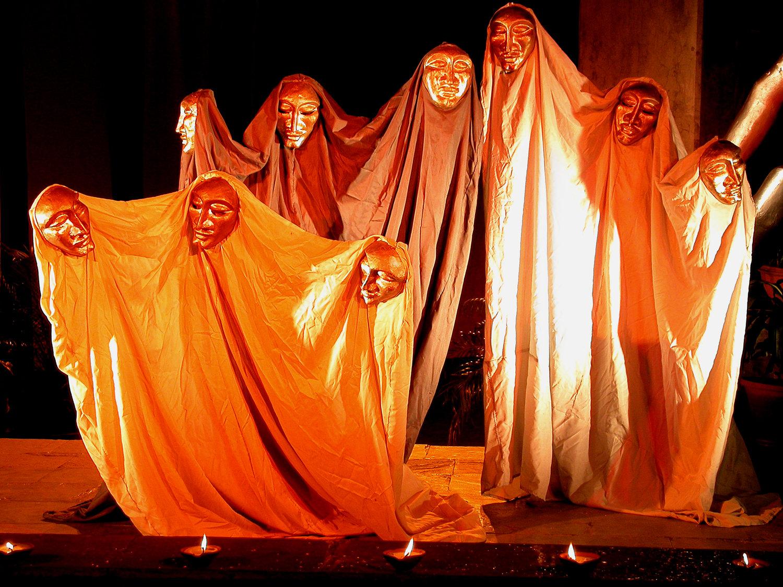 De<em>c</em>ote (2005) par The Ishara Puppet Theatre (New Delhi, Inde), dirigé, <em>c</em>horégraphié et exé<em>c</em>uté par Sudesh Adhana, <em>c</em>on<em>c</em>eption de marionnettes : Dadi Pudumjee, <em>c</em>onstru<em>c</em>tion de marionnettes : Dadi Pudumjee et les membres d'Ishara. Masques et tissus. Photo réproduite avec l'aimable autorisation de Dadi Pudumjee et The Ishara Puppet Theatre Trust