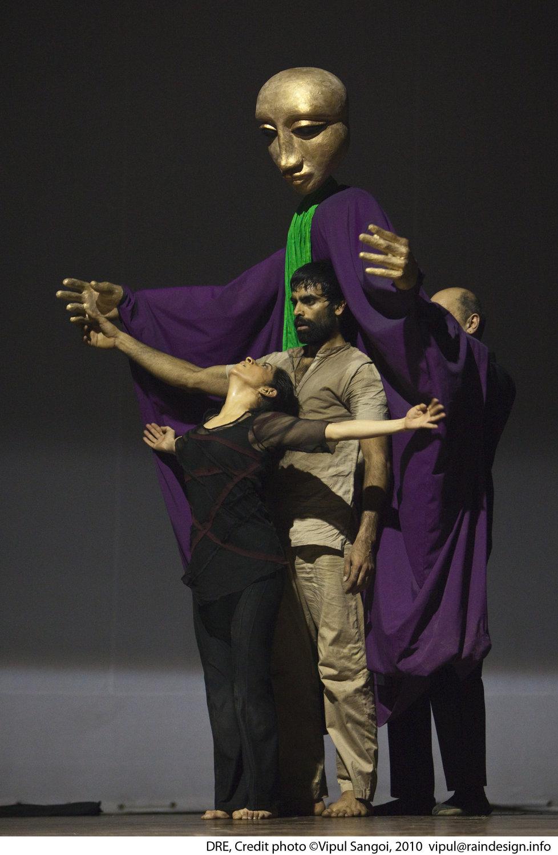 <em>Dre</em> (première, 2010, New Delhi, Inde), une spe<em>c</em>ta<em>c</em>le de danse et de marionnettes <em>c</em>ontemporaines sur le pouvoir, la manipulation et la guerre, basée sur trois personnages du Mahâbhârata. Mise en s<em>c</em>ène et <em>c</em>horégraphie : Sudesh Adhana, danseurs : Sudesh Adhana et Aditi Mangaldas, <em>c</em>on<em>c</em>eption de marionnettes et marionnettiste : Dadi Pudumjee, <em>c</em>onstru<em>c</em>tion de marionnettes et de masques : Dadi Pudumjee et les membres du Ishara Puppet Theatre Trust. Marionnettes et masques en styromousse et en papier mâ<em>c</em>hé. Photo réproduite avec l'aimable autorisation de Sudesh Adhana, Dadi Pudumjee. Photo: Vipul Sangoi