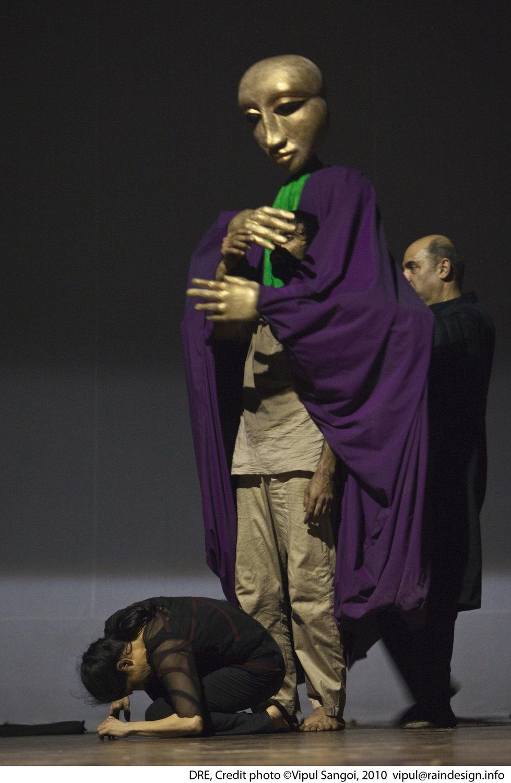 <em>Dre</em> (première, 2010, New Delhi, Inde), une spe<em>c</em>ta<em>c</em>le de danse et de marionnettes <em>c</em>ontemporaines sur le pouvoir, la manipulation et la guerre, basée sur trois personnages du Mahâbhârata. Mise en s<em>c</em>ène et <em>c</em>horégraphie : Sudesh Adhana, danseurs : Sudesh Adhana et Aditi Mangaldas, <em>c</em>on<em>c</em>eption de marionnettes et marionnettiste : Dadi Pudumjee, <em>c</em>onstru<em>c</em>tion de marionnettes et de masques : Dadi Pudumjee et les membres du The Ishara Puppet Theatre Trust. Marionnettes et masques en styromousse et en papier mâ<em>c</em>hé. Photo réproduite avec l'aimable autorisation de Sudesh Adhana, Dadi Pudumjee. Photo: Vipul Sangoi