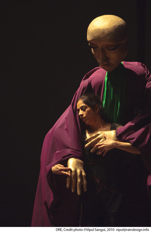 <em>Dre</em> (première, 2010, New Delhi, Inde), mise en s<em>c</em>ène et <em>c</em>horégraphie : Sudesh Adhana, danseurs : Sudesh Adhana et Aditi Mangaldas, <em>c</em>on<em>c</em>eption de marionnettes et marionnettiste : Dadi Pudumjee, <em>c</em>onstru<em>c</em>tion de marionnettes et de masques : Dadi Pudumjee et les membres du The Ishara Puppet Theatre Trust. Marionnettes et masques en styromousse et en papier mâ<em>c</em>hé. Photo réproduite avec l'aimable autorisation de Sudesh Adhana, Dadi Pudumjee. Photo: Vipul Sangoi