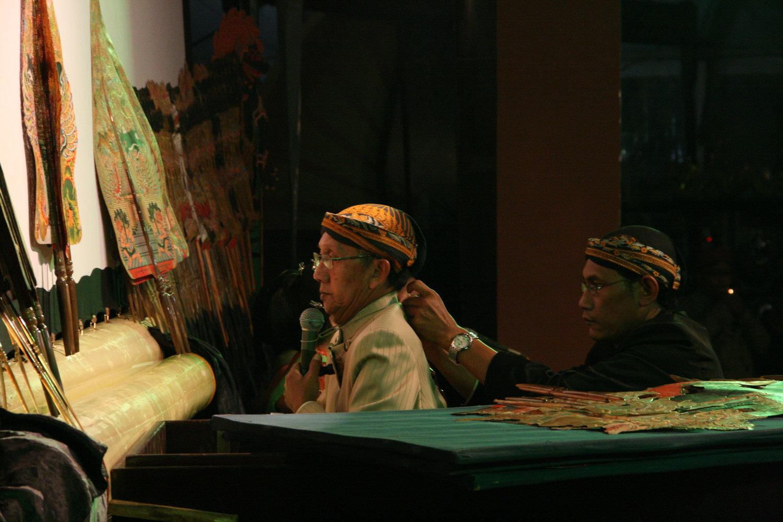 <em>Ki</em> Manteb Soedarsono (1948- ) de Karanganyar, Java <em>c</em>entral, maître marionnettiste indonésien (<em>dalang</em>) du <em><em>wayang</em> kulit purwa</em> <em>Surakarta</em>. Photo: Sumari