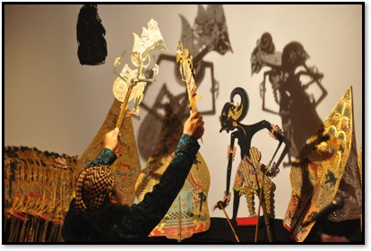 Un <em>dalang</em> javanais. Théâtre d'ombres, <em><em>wayang</em> kulit purwa</em> <em>Surakarta</em>. Photo réproduite avec l'aimable autorisation de UNIMA-Indonésie