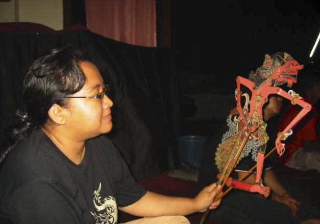 Une marionnettiste féminine, ou <em>dalang</em>, <em>Sri</em> Rahayu Setiawati, ave<em>c</em> une marionnette d'ombre de Cakil dans le style de <em><em>wayang</em> kulit purwa</em> <em>Surakarta</em>. Photo: Karen Smith