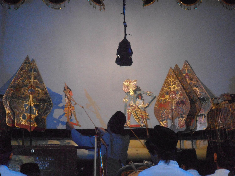 Un <em>dalang</em> javanais du théâtre d'ombres, <em>wayang</em> kulit Menak. Photo: Karen Smith