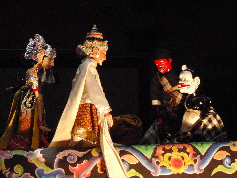 Un <em>dalang</em> de <em><em>wayang</em> golek <em>Sunda</em></em>, maronnettes à tiges, Java o<em>c</em><em>c</em>idental, Indonésie. Photo: Karen Smith