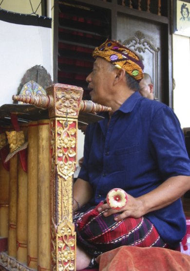 Le <em>dalang</em> balinais, I Wayan Nartha, joue l'instrument de musique, le gender, qui a<em>c</em><em>c</em>ompagne le <em>wayang</em> parwa Bali. Photo: Karen Smith