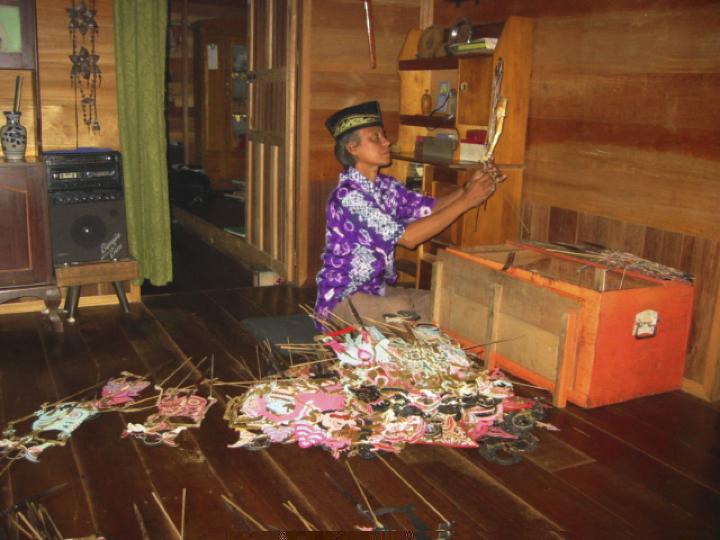 Le <em>dalang</em>, Sastra Wijaya, de Banjarmasin dans le sud de Kalimantan, en Indonésie. Théâtre d'ombres, <em>wayang</em> Banjar. Photo: Karen Smith