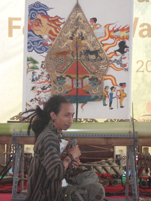Le <em>dalang</em> indonésien de la <em>c</em>ompagnie <em>c</em>ontemporaine de Jakarta, <em>wayang</em> beber Metropolitan. Photo: Karen Smith
