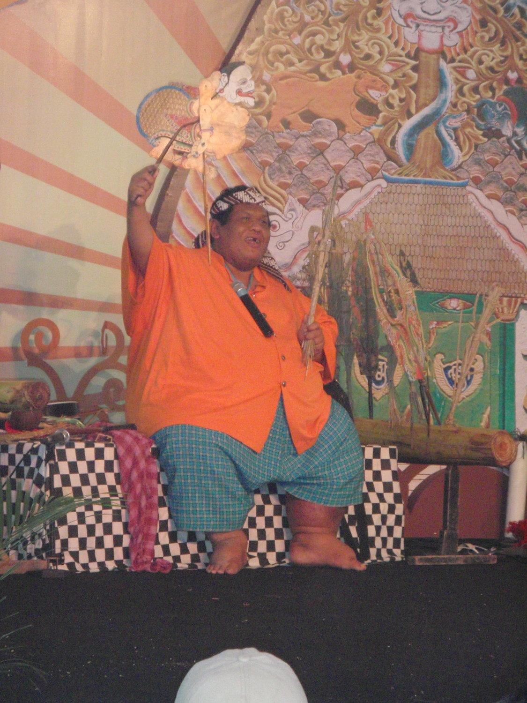 Le <em>dalang</em> indonésien de Java <em>c</em>entral, <em>Ki</em> Slamet Gundono, utilisant la marionnette-performan<em>c</em>e, <em>c</em>onnu pour ses spe<em>c</em>ta<em>c</em>les de <em>wayang</em> suket. Photo: Karen Smith