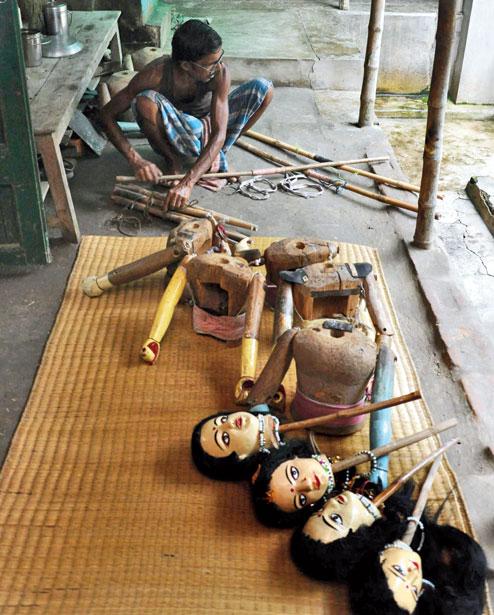 Danger putul na<em>c</em>h, les marionnettes à tiges du Bengale, au Nord de l'Inde, être fait à Ma Jai<em>c</em>handi Opera. Sour<em>c</em>e : https://www.telegraphindia.<em>c</em>om/1150703/jsp/howrah/story_29139.jsp. Photo: Anup Bhattacharya