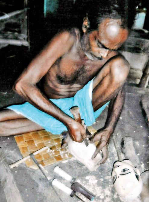 Satyabrata Das s<em>c</em>ulpte une marionnette à tiges, danger putul na<em>c</em>h, <em>c</em>onstruit en bois. Sour<em>c</em>e : https://www.telegraphindia.<em>c</em>om/1150703/jsp/howrah/story_29139.jsp. Photo: Anup Bhattacharya
