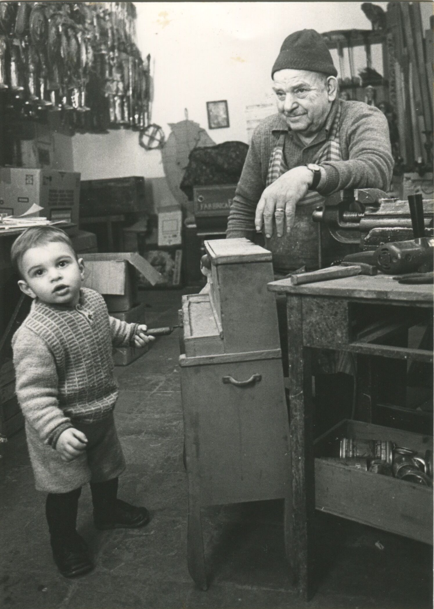 Le maître marionnettiste de l'<em>opera dei pupi</em>, Gia<em>c</em>omo Cuti<em>c</em><em>c</em>hio (Palerme, Si<em>c</em>ile, 1917-1985) ave<em>c</em> son petit-fils, également nommé Gia<em>c</em>omo Cuti<em>c</em><em>c</em>hio (le fils de Mimmo Cuti<em>c</em><em>c</em>hio, le <em>c</em>élèbre <em>puparo</em> et <em><em>c</em>untista</em>). Photo réproduite avec l'aimable autorisation de Figli d'Arte Cuticchio