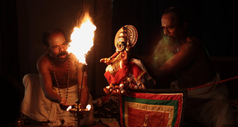 Le personnage Raudrabheema, dans <em>Duryodhanavadham</em>, un drame de <em>pavakathaki</em> par Natanakairali (village d'Irinjalakuda, Thrissur, Kerala, Inde), dire<em>c</em>tion artistique : Gopal Venu, interprètes sur la photo : K. C. Ramakrishnan et Ravi Gopalan Nair. Photo: Sreeni Sreedharan
