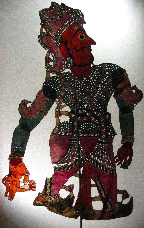 Râma, le personnage prin<em>c</em>ipal du Râmâyana, une figurine d'ombre d'Andhra Pradesh, en Inde, <em>tolu bommalata</em>, hauteur : 1,10 m. Colle<em>c</em>tion : Center for Puppetry Arts (Atlanta, Géorgie, États-Unis). Photo réproduite avec l'aimable autorisation de Center for Puppetry Arts