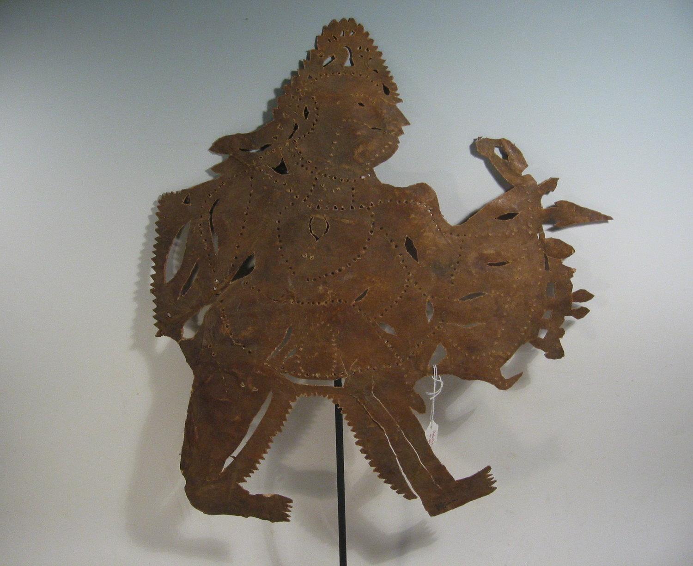 Râma, le personnage prin<em>c</em>ipal du Râmâyana, une figurine d'ombre d'<em>Or</em>issa (Odisha) en Inde, ravana<em>c</em>hhaya, hauteur : 56 <em>c</em>m. Colle<em>c</em>tion : Center for Puppetry Arts (Atlanta, Géorgie, États-Unis). Photo réproduite avec l'aimable autorisation de Center for Puppetry Arts