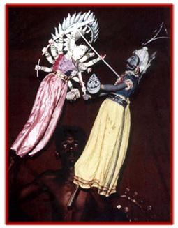 La déesse Durga <em>c</em>ombat et finit par tuer le démon des buffles d'eau, dans <em>Mahishasura Mardini</em>, les marionnettes à tiges traditionnelles, <em>kathi kundhei</em> na<em>c</em>ha, d'<em>Or</em>issa (Odisha), Inde. Photo réproduite avec l'aimable autorisation de Sampa Ghosh